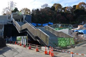 東西通路の市大側へ降りる階段