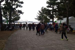 海の公園に向かう大勢の人