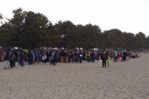 海の公園の北側には大勢の人