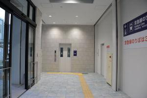 入口の左側にあるエレベーター