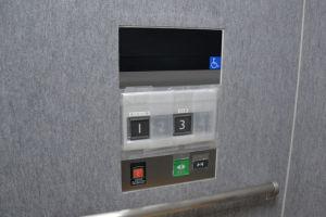 エレベーター内のボタンは