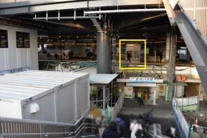 自由通路東側階段中間から見た京急金沢八景駅