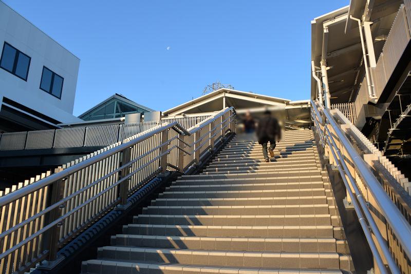 東側階段は約35段ずつ計70段ほどありました