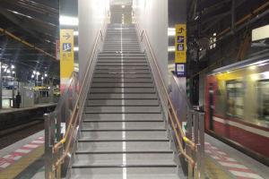 橋上改札へ出る階段
