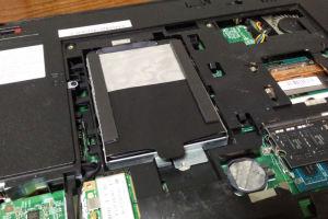 裏蓋を外しクローン済みのSSDを換装