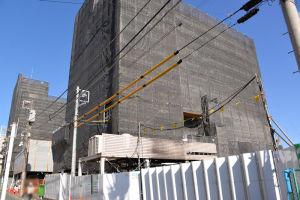 南のC棟は耐震補強工事中