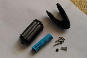 使われていたネジと電池など