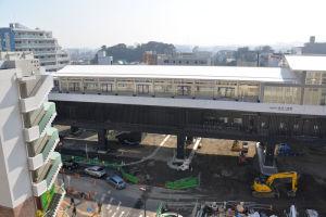 駅前広場の輪郭が縁石の設置により