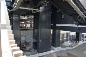 シーサイドライン駅舎へのエレベーター