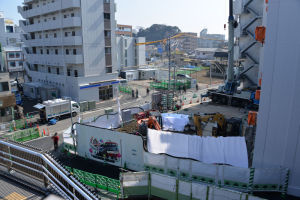 右の京急駅ビルは3街区