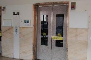エレベーター横にはデジタル時計が設置