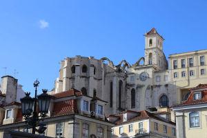 ロシオ広場からのカルモ修道院