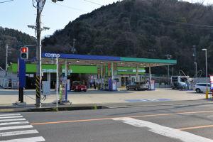 南郷トンネル交差点のコスモ石油