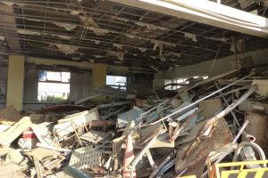骨組みがむき出しになった教室の天井