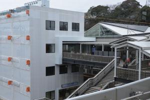 ホームから見た京急橋上改札