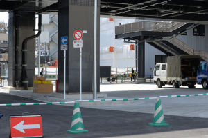駅前ロータリへは路線バスとタクシーのみ