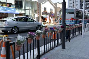 広場には花も飾られていました
