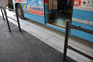 バスが白線内に停まると