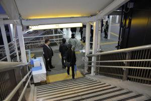 階段を下りて京急線橋上駅舎へ