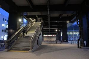 広場から橋上駅舎への階段