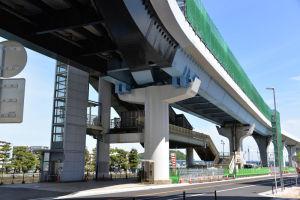 解体中のシーサイドライン旧金沢八景駅舎