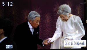 美智子さまの手を取って