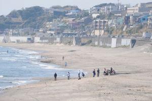 浜辺に数人が集まっています