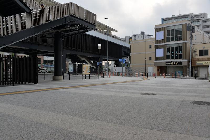 駅前の歩道はタイルが敷かれ