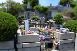 ひばりさんのお墓は日野霊園の高台で