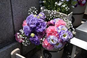 紫の花が多く飾ってあります