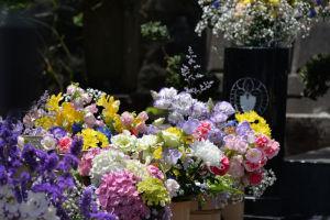 墓前の両脇には大きなお花が