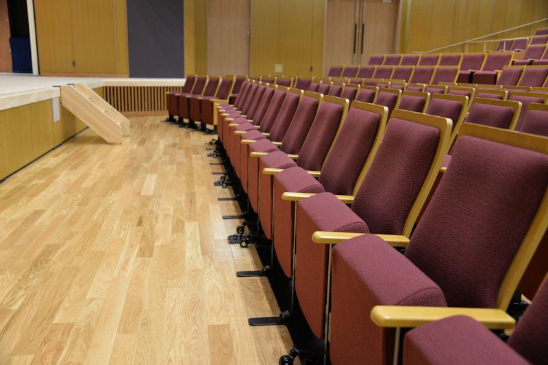 舞台に近い席は可動席