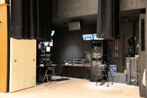 舞台袖にある装置の制御盤など