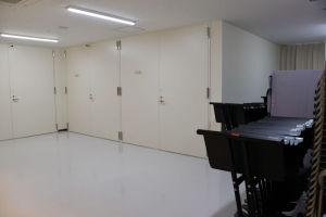 2台のピアノ収納庫と左は搬入口