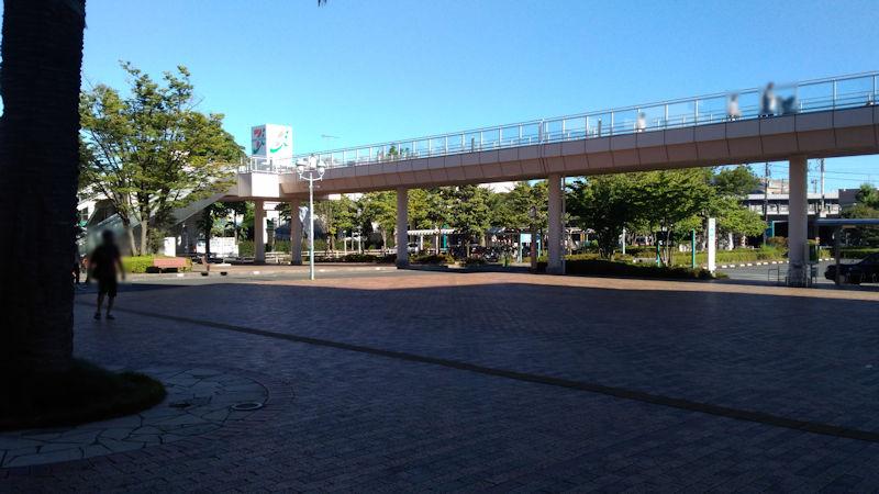 歩道橋の奥にはダイナシティイースト