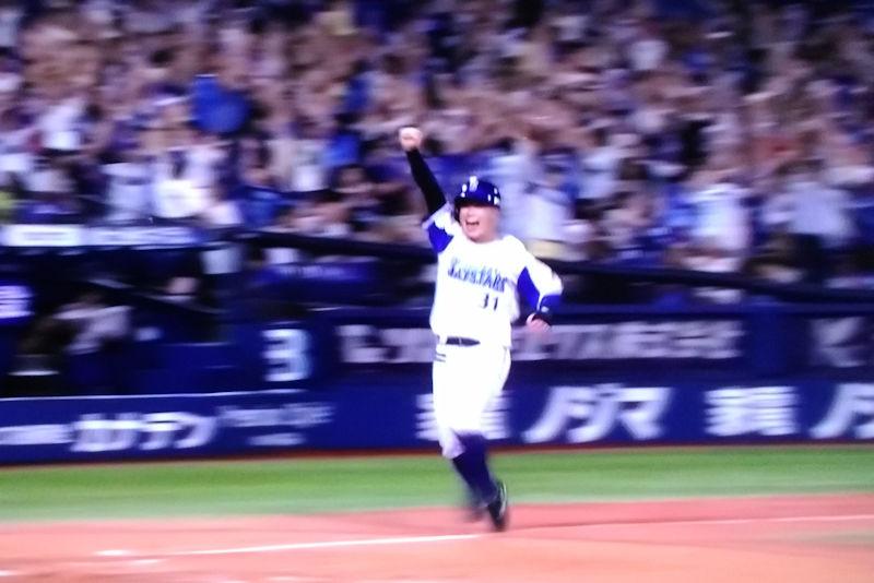 3塁走者柴田がサヨナラのホームイン