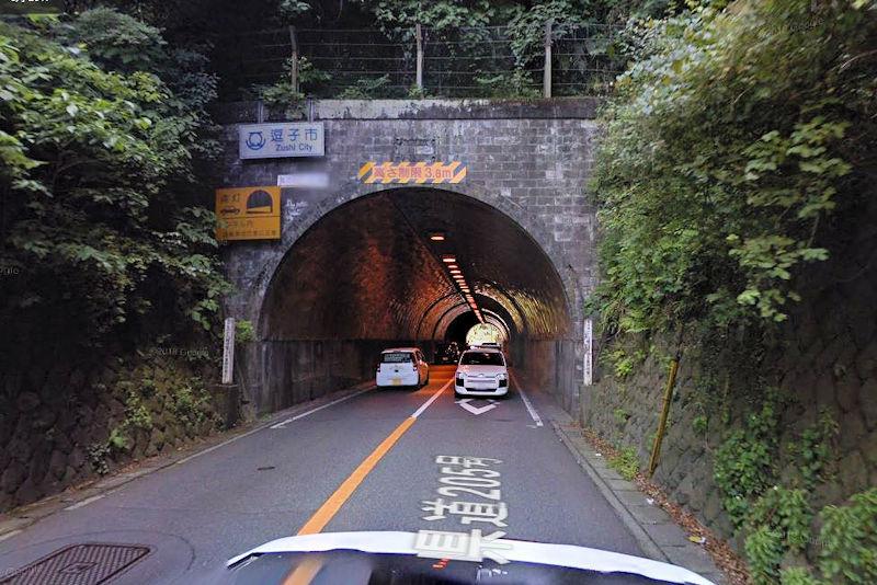 池子隧道のトンネル手前で土砂崩れ