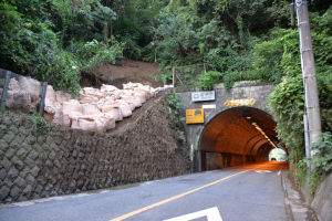 金沢区側トンネル入口左の法面で土砂崩れ