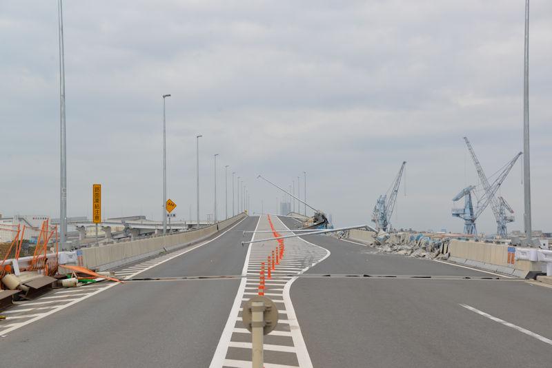 橋の側面が破損し現在通行止め