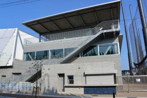 屋外練習場と屋内練習場間のファーム施設