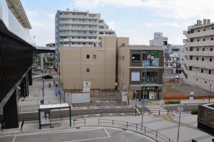 八景京急橋上駅舎からの駅前