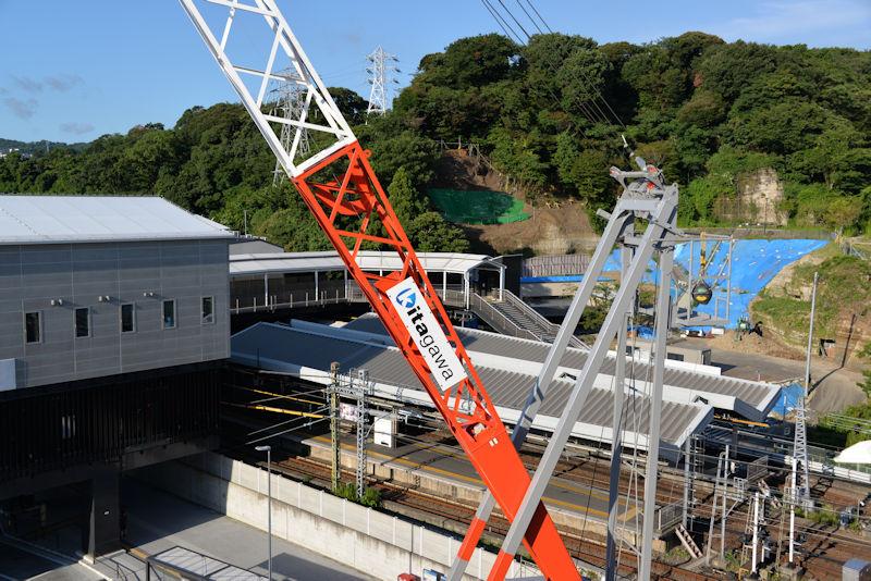 八景駅前ビル建築のクレーン