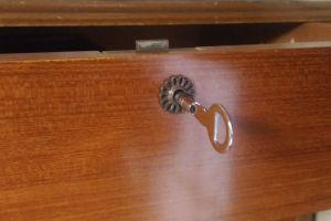 引き出しの鍵穴に差し回してみると