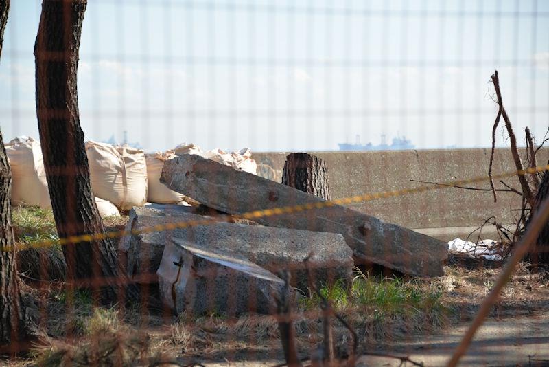 工業団地岸壁の南側、崩れた堤防の一部