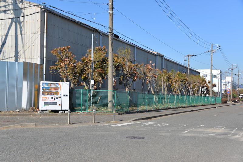 工場の壁やフェンスが直っていました