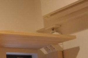 2×4柱を床と天井に突っ張り棒として