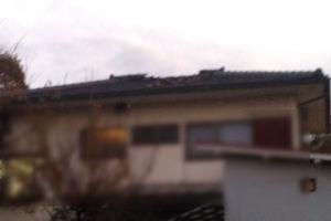 屋根の瓦が飛んだようです