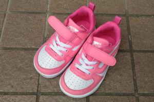 ピンクの運動靴