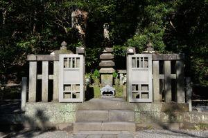 源頼朝公の墓所