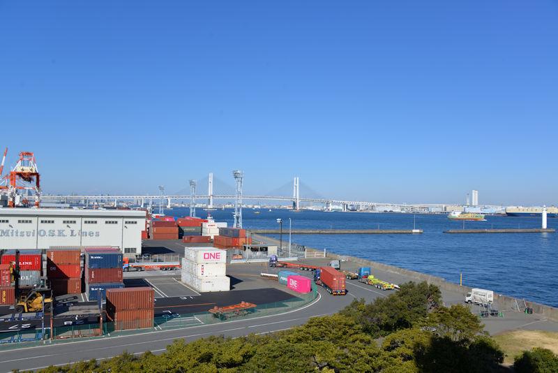 本牧埠頭D突堤コンテナと横浜ベイブリッジ